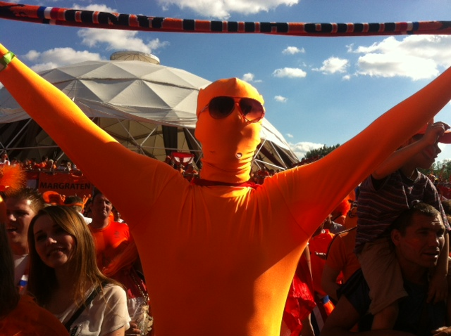 Arjen Robben visits the fanzone in disguise
