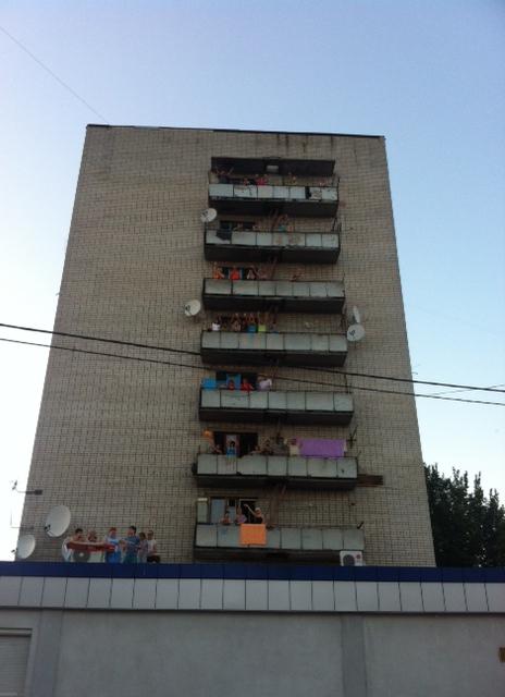 Residents of Kharkiv tower block 1,345 applaud the Dutch