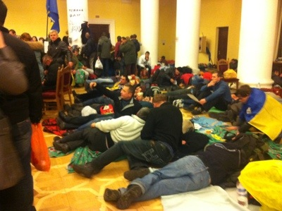 Opposition activists lie down in Kyiv City Hall to get some sleep