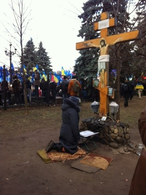 Prayers said at Marinski Park shrine next to pro-government protest meeting in area next to  Ukraine's parliament