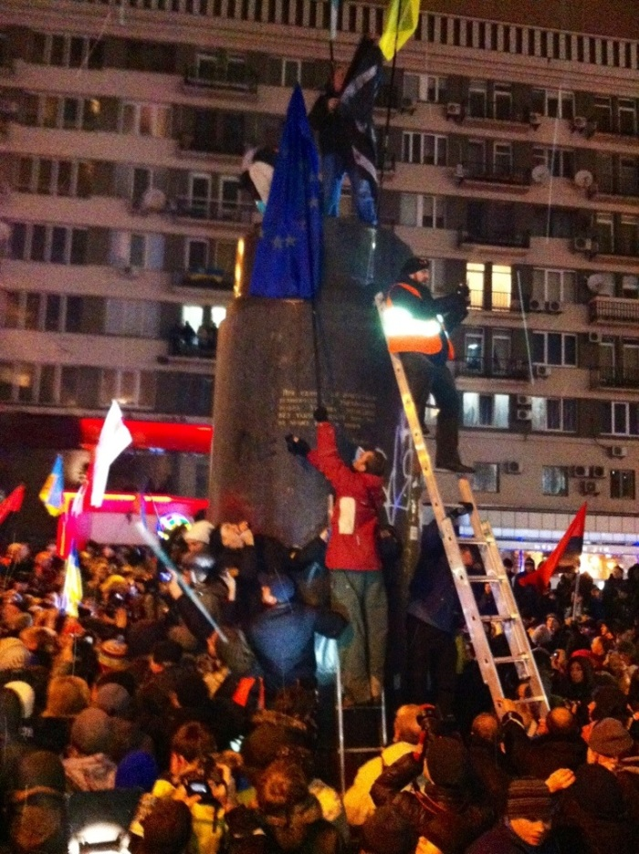 Temporary replacements for Lenin make their way to the top of the plinth