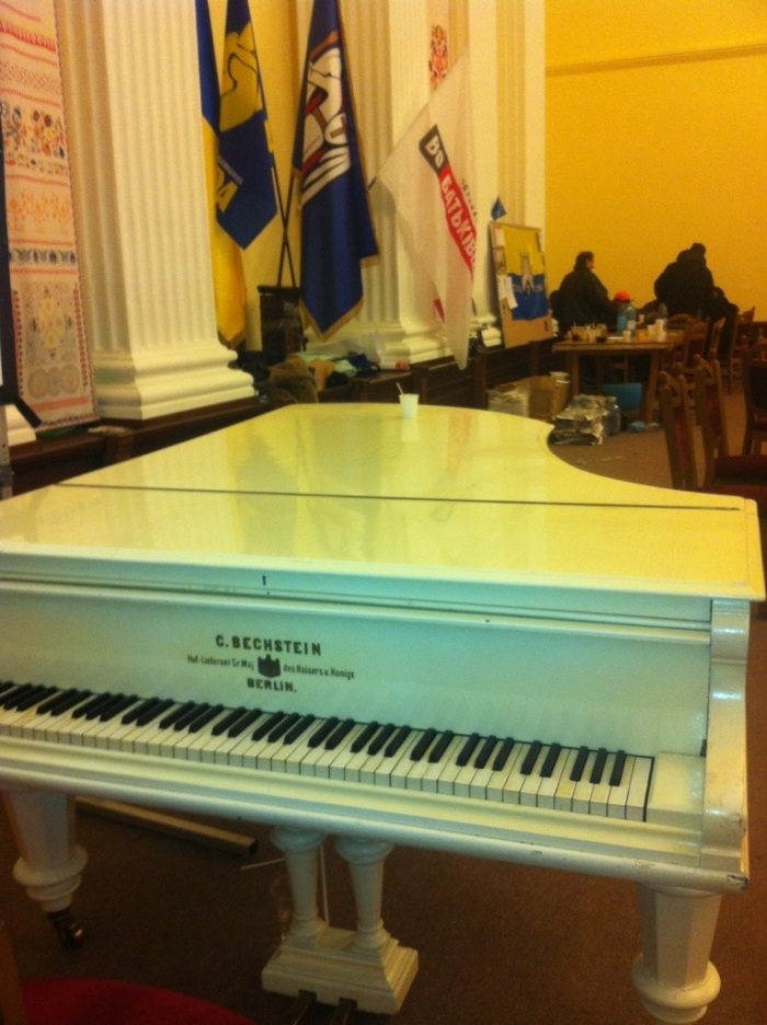The piano in the main chamber - a pianist often plays it during the day to create a calm atmosphere