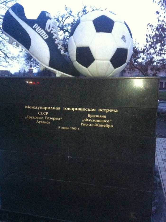 The friendly with Fluminense is commemorated on the side of the monolith